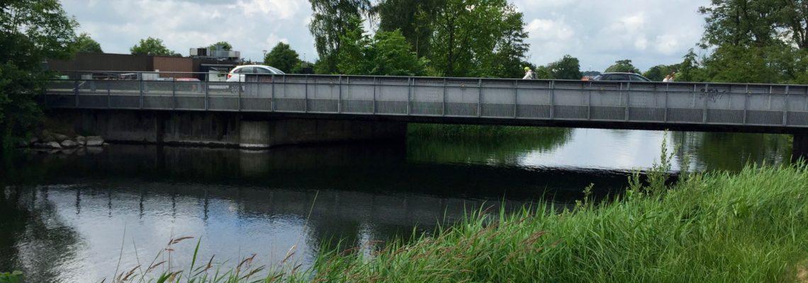 Start side om side med dragebådens hale mod bilbroen der fører over til Papirfabrikken.